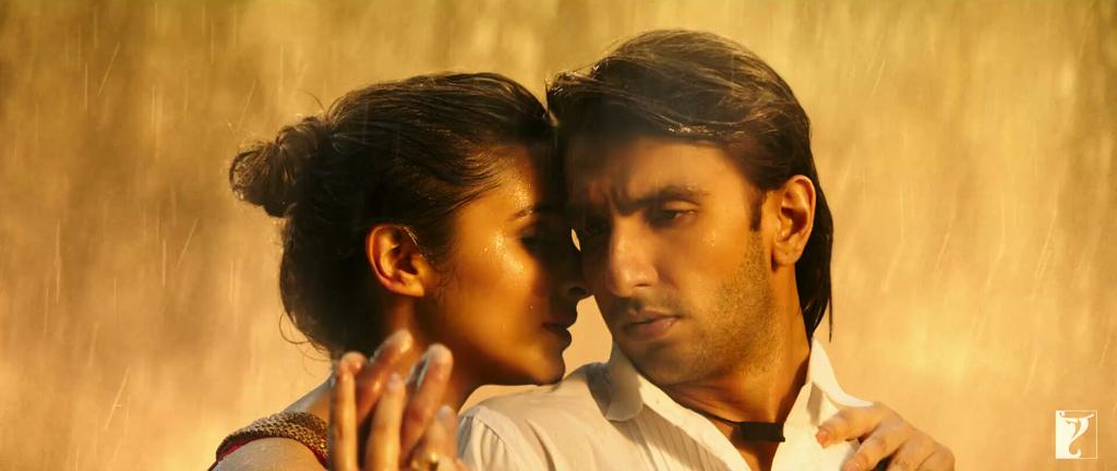 Romantic Ranveer Singh And Parineeti Chopra Wallpaper - Sajde Song