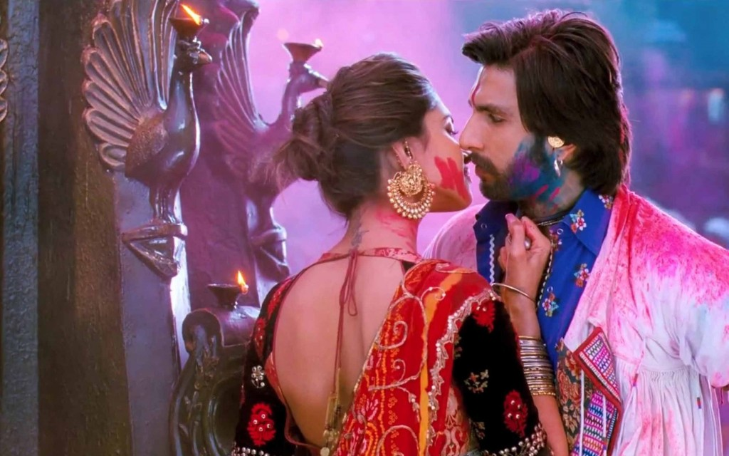 Deepika and Ranvir in Ramleela Playing Holi Pic