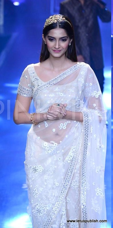 Hot Look of Sonam Kapoor In saree