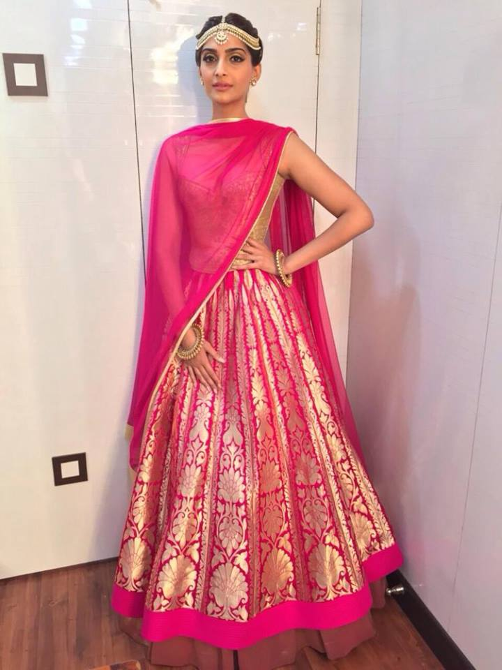 Sonam at Life ok screen awards 2015