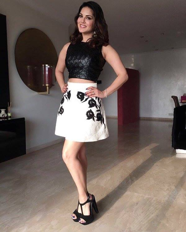 Sunny Leone Wallpaper in Short Dress
