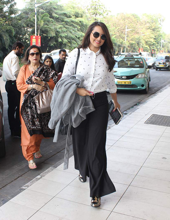 Bollywood Actress Sonakshi Airport look