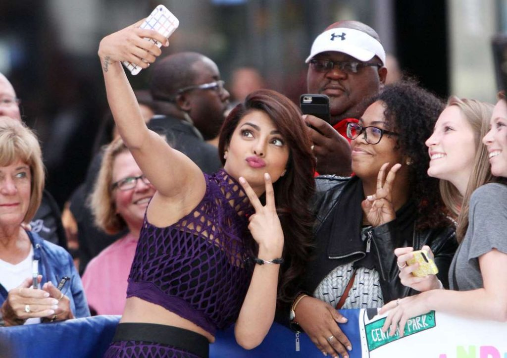 Priyanka-with-fans-at-the-Good-Morning-America-TV-show-in-New-York-in-September-2015