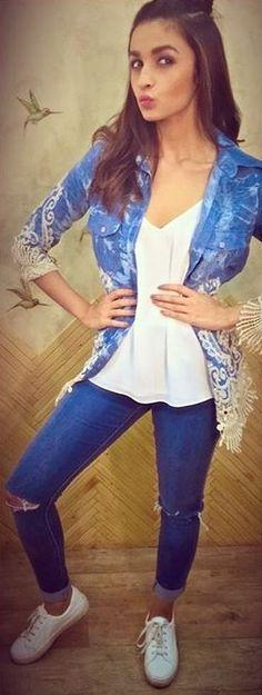 Alia bhatt fashion look in ripped jeans