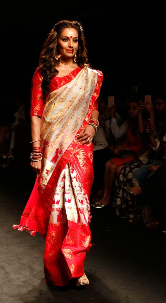 Indian Bollywood actress Bipasha Basu showcases a creation by designer Sanjukta Dutta during the Lakme Fashion Week (LFW) Winter/Festive 2016 in Mumbai on August 28, 2016. / AFP / SUJIT JAISWAL