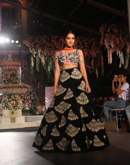 Shraddha-Kapoor-walks-the-ramp-for-Manish-Malhotra-at-Lakme-Fashion-Week-2016-3-440x560