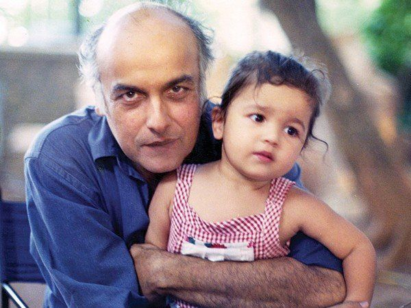 baby-alia-with-daddy-mahesh-bhatt
