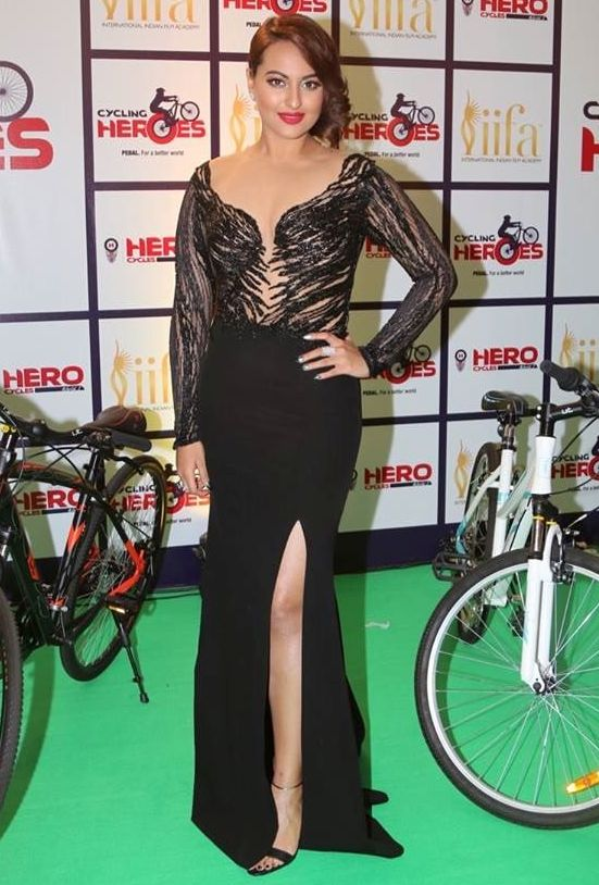 sonakshi-sinha-in-thigh-slit-gown